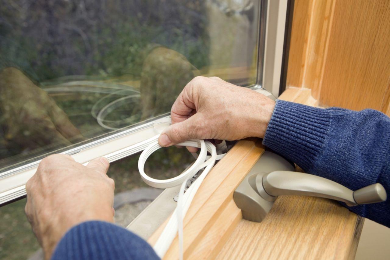 Как утеплить окна на зиму деревянные